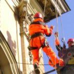 Промышленный альпинизм в оформлении фасада магазина